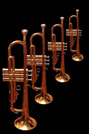 trompeta: Trompetas de oro aislados en fondo negro Foto de archivo