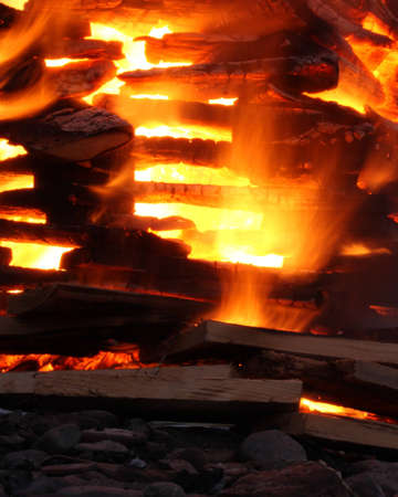 holzbriketts: ein Feuer aus Holz