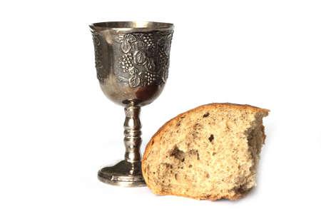 comunione: Pane e vino isolato su sfondo bianco