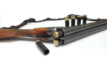 gun shell: escopeta con munici�n de guerra, en el fondo blanco Foto de archivo