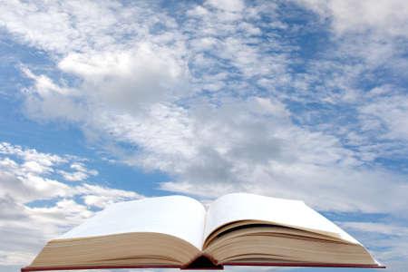 bible ouverte: Ouvrir le livre et fond de ciel