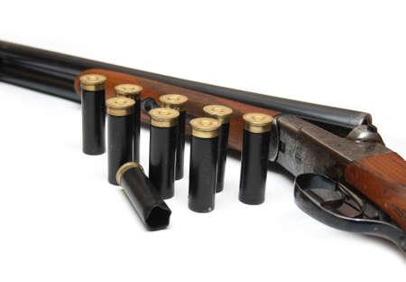 gun shell: pistola con munici�n en el fondo blanco