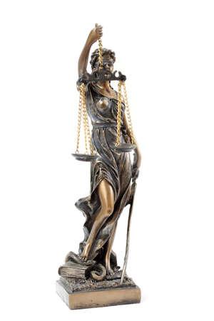 derecho romano: una estatua de Temis sobre un fondo blanco