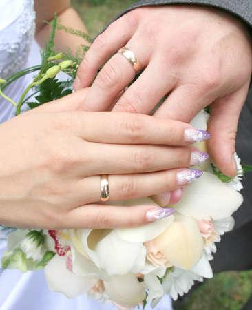 Manos recién casados ??en el ramo de la boda