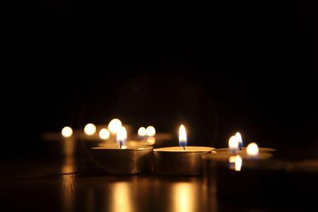 Kaarsen op een donkere achtergrond Stockfoto