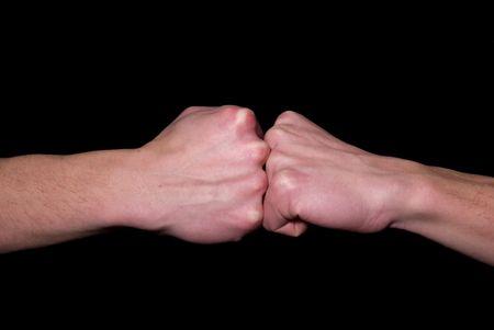 manos estrechadas: derrame de un pu�o en un pu�o o