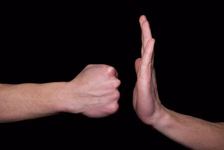 poign�es de main: coup de poing dans une main Banque d'images