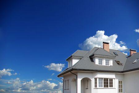 Dream Home: Neue Traumhaus auf Himmel                 Lizenzfreie Bilder