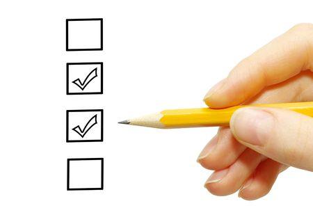 Main avec un crayon et cases à cocher isolées sur blanc  Banque d'images