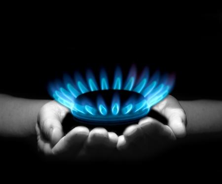 estufa: Manos sosteniendo un llama gas