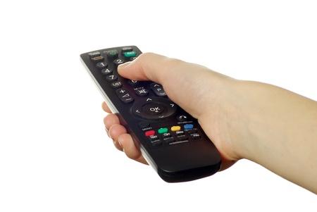 mano sosteniendo un mando a distancia aislado sobre un fondo blanco