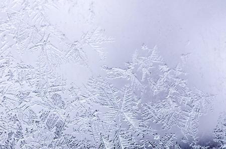 Frosty motifs naturels sur la fen?tre en hiver