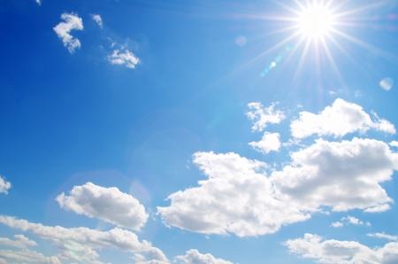 Blue sky achtergrond met kleine wolken Stockfoto