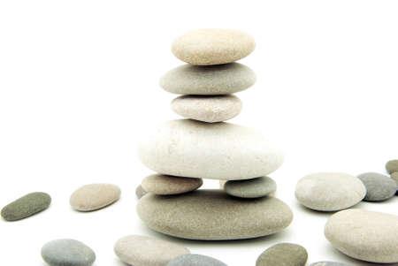 Pile de pierres en équilibre sur un fond blanc