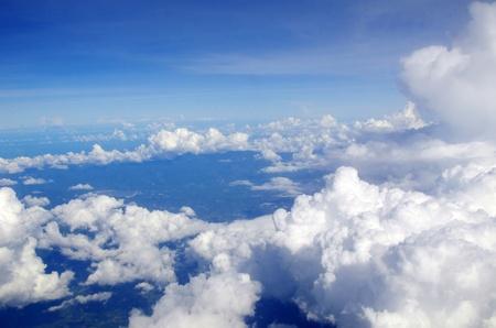 himmel mit wolken: blauer Himmel mit Wolken und Sonne