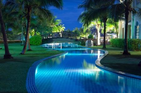 zwembad in nachtverlichting Redactioneel