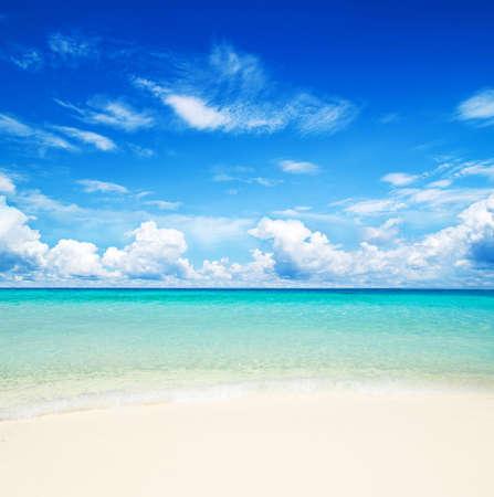 cielo despejado: hermosa playa y el mar tropical Foto de archivo