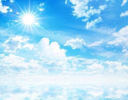 precipitacion: nubes blancas mullidas con el arco iris en el cielo azul Foto de archivo