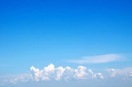 cielo despejado: nubes blancas contra el cielo azul Foto de archivo