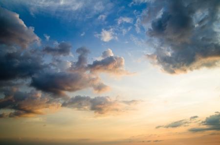 구름과 태양이 하늘 스톡 콘텐츠