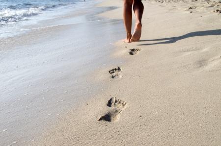 umida: Tracce nella sabbia bagnata della spiaggia Archivio Fotografico