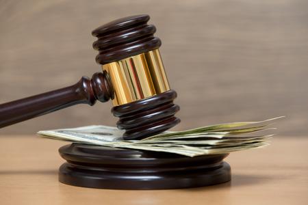 Gesetz Hammer auf einem Stapel von amerikanischem Geld Standard-Bild - 27105849