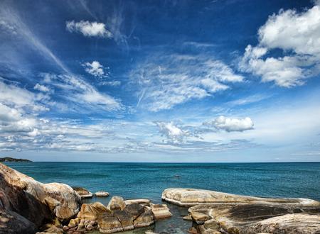 wolkenhimmel: tropischen Meer unter dem blauen Himmel