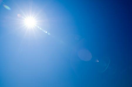 Sol brillando en el cielo azul claro Foto de archivo