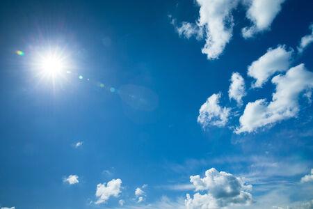 the sky clear: fondo de cielo azul con nubes diminutas Foto de archivo