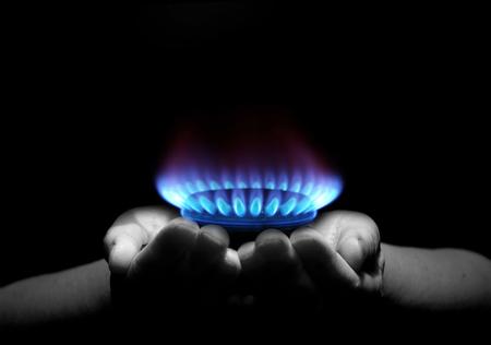 Handen die een vlam gas Stockfoto