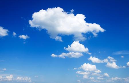 ciel avec nuages: fond de ciel bleu avec un petit nuages Banque d'images