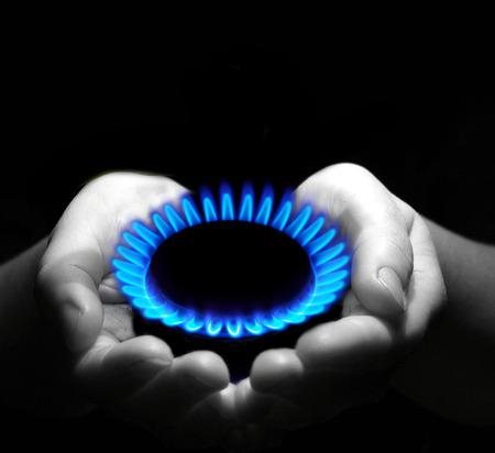 luz natural: Manos que sostienen una llama de gas Foto de archivo