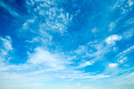 wolken in de blauwe hemel Stockfoto