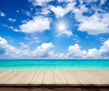 ensolarado: bela praia e mar tropical Imagens