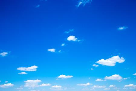 cielo azul: Cielo azul de fondo con nubes de diminutos