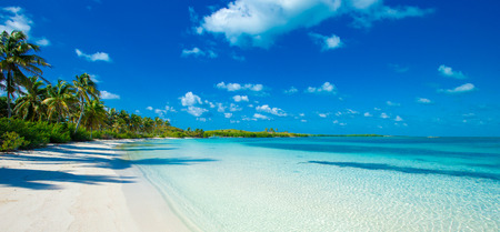 vacaciones en la playa: hermosa playa y el mar tropical Foto de archivo