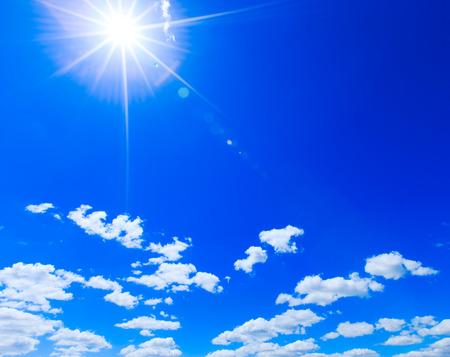 sol en el cielo azul claro Foto de archivo
