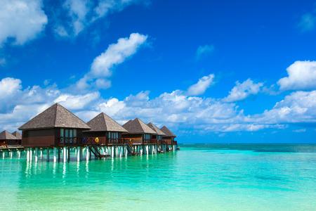 tropické pláže v Maledivách s několika palmami a modrou lagunou