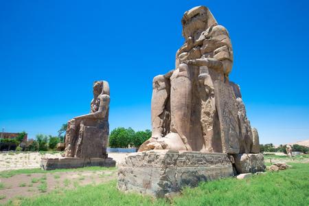 Egypte. Luxor. De Colossi van Memnon - twee massale stenen beelden van Farao Amenhotep III Stockfoto