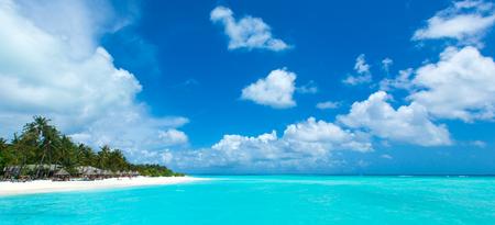 Paisaje panorámico del resort de playa de Maldivas. Concepto de fondo de vacaciones de viajes de vacaciones de verano. Playa paradisíaca de Maldivas. Foto de archivo