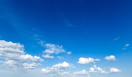 blauer Himmel Hintergrund mit winzigen Wolken