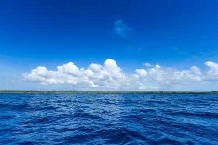 mar en la playa de Zanzibar. Paraíso natural de aguas tropicales. naturaleza relajarse. Viaje resort de isla tropical.