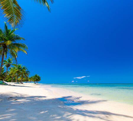 Strand und schönes tropisches Meer.