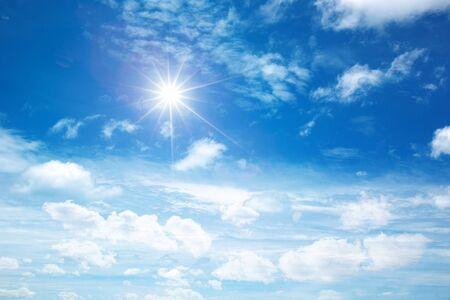 słoneczne niebo w tle z chmurami