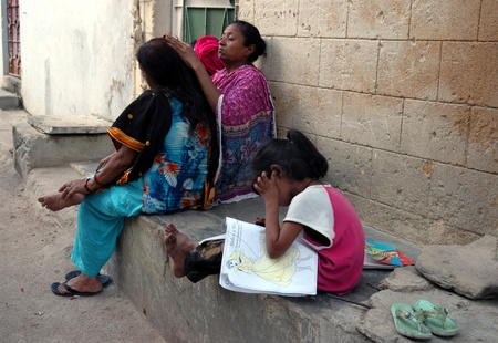 educations: PAKISTAN_KARACHI_Pakistani family young girl paiting color in drawing sketch book Azam Basti  13 April 2012     Editorial
