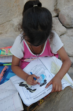 PAKISTAN_KARACHI_Pakistani family young girl paiting color in drawing sketch book Azam Basti  13 April 2012    Stock Photo - 13203738