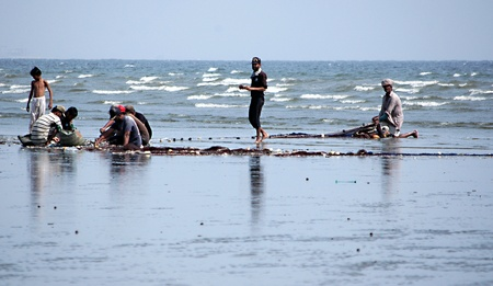 million fish: PAKISTAN_KARACHI_ Fishermen spreading fishing net to catch fish to sell amd make daily living in Karachi city million polpulations and and poluations 16 April 2012    Editorial
