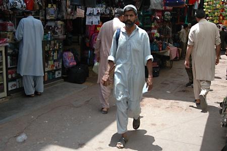 bazar: PAKISTAN_KARACHI_Consumers in  Kitchen equipments bazar, pots and pans  in Karachi 24 April 2012