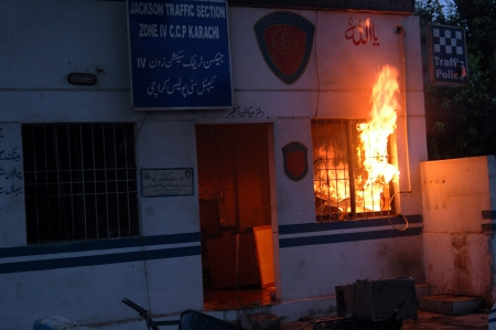 KARACHIPAKISTAN_ Protesters set fire to local police station   Protest against anti islam film made in USA ,anti United states and Ilsreal demonstration arragned by Mujlis wahadet Muslimeen Aamamia student organisations and supporters at USA consulatate