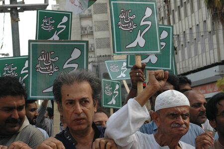 karachi: KARACHIPAKISTAN_Members of Karachi Union of Journslusts protesin againt Anti Islam film made in USA and man behind the this   Anti islam and anti prophet  Muhammad ,Peace be upon him , journalists holding banners with Name of Prophet Muhammad in arabic l Editorial